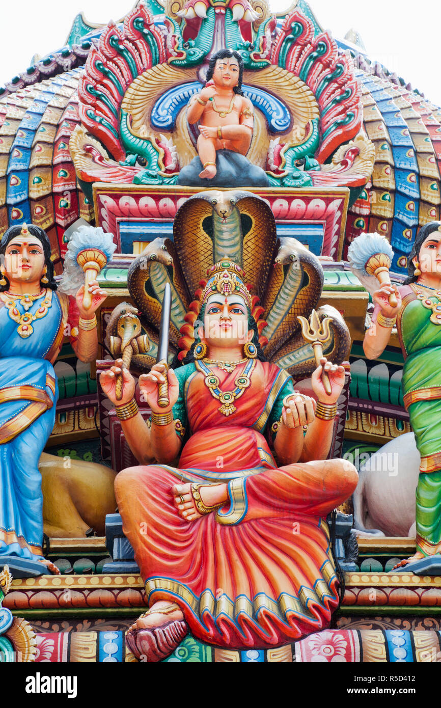 Singapore, Sri Mariamman Temple, Hindu Deities Adorning Roof of Main Prayer Hall Stock Photo
