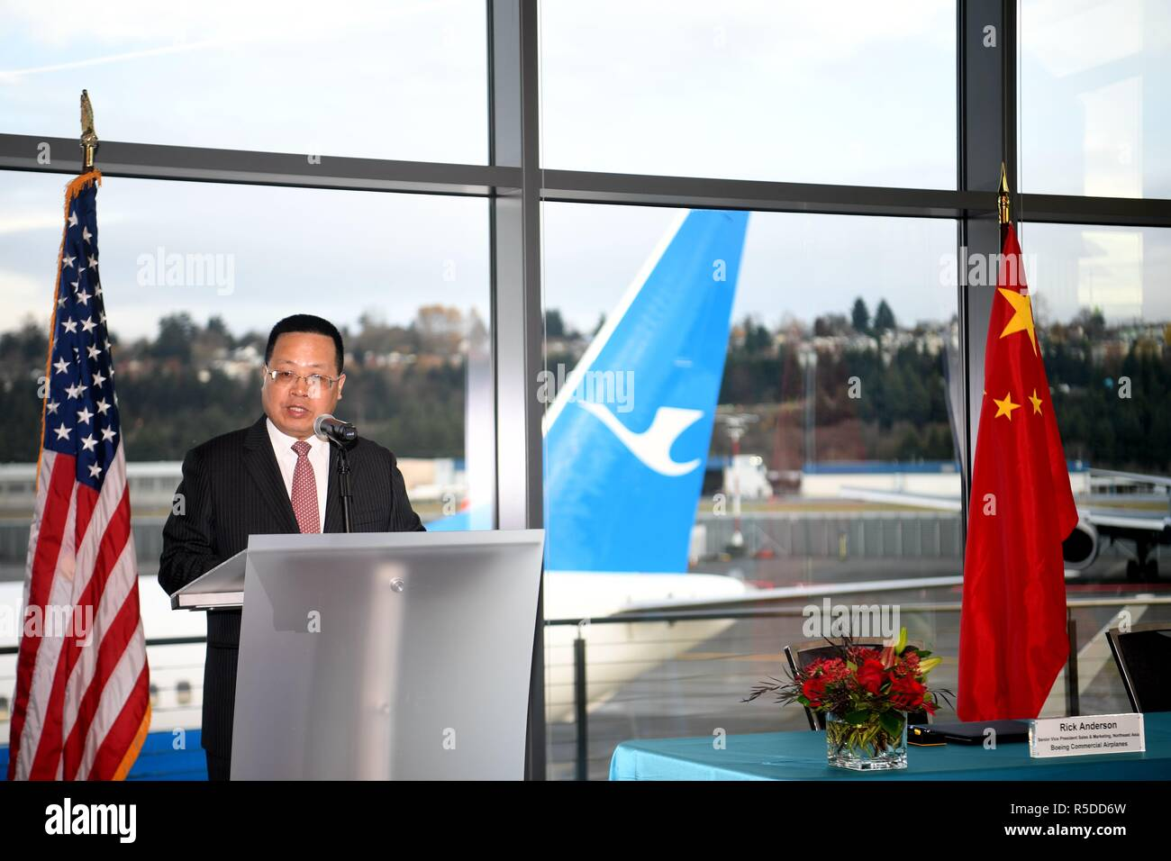 Seattle, Boeing airplane to China in Seattle. 30th Nov, 2018. Che Shanglun, chairman of Xiamen Airlines, delivers a speech during the delivering ceremony of the 2,000th Boeing airplane to China in Seattle, the United States on Nov. 30, 2018. Top U.S. aircraft manufacturer Boeing Company on Friday delivered its 2,000th airplane to China, which is a milestone for the U.S. aircraft maker in the world's largest commercial aviation market. Credit: Wu Xiaoling/Xinhua/Alamy Live News - Stock Image