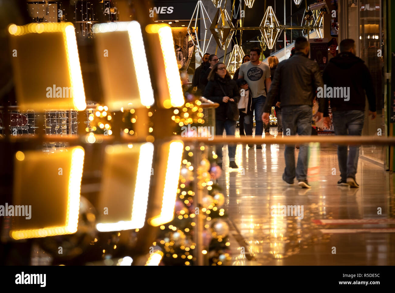 Hannover, Germany. 01 December, , 2018. People rush through a shopping gallery decorated for Christmas. The retail trade in Lower Saxony is hoping for full stores and customers who like to buy already at the beginning of the Advent season. Credit: Peter Steffen/dpa/Alamy Live News - Stock Image