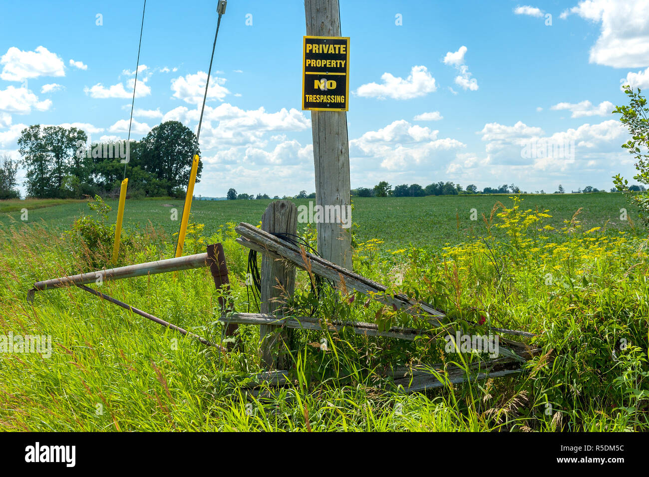 Private property sign on wooden post - Stock Image