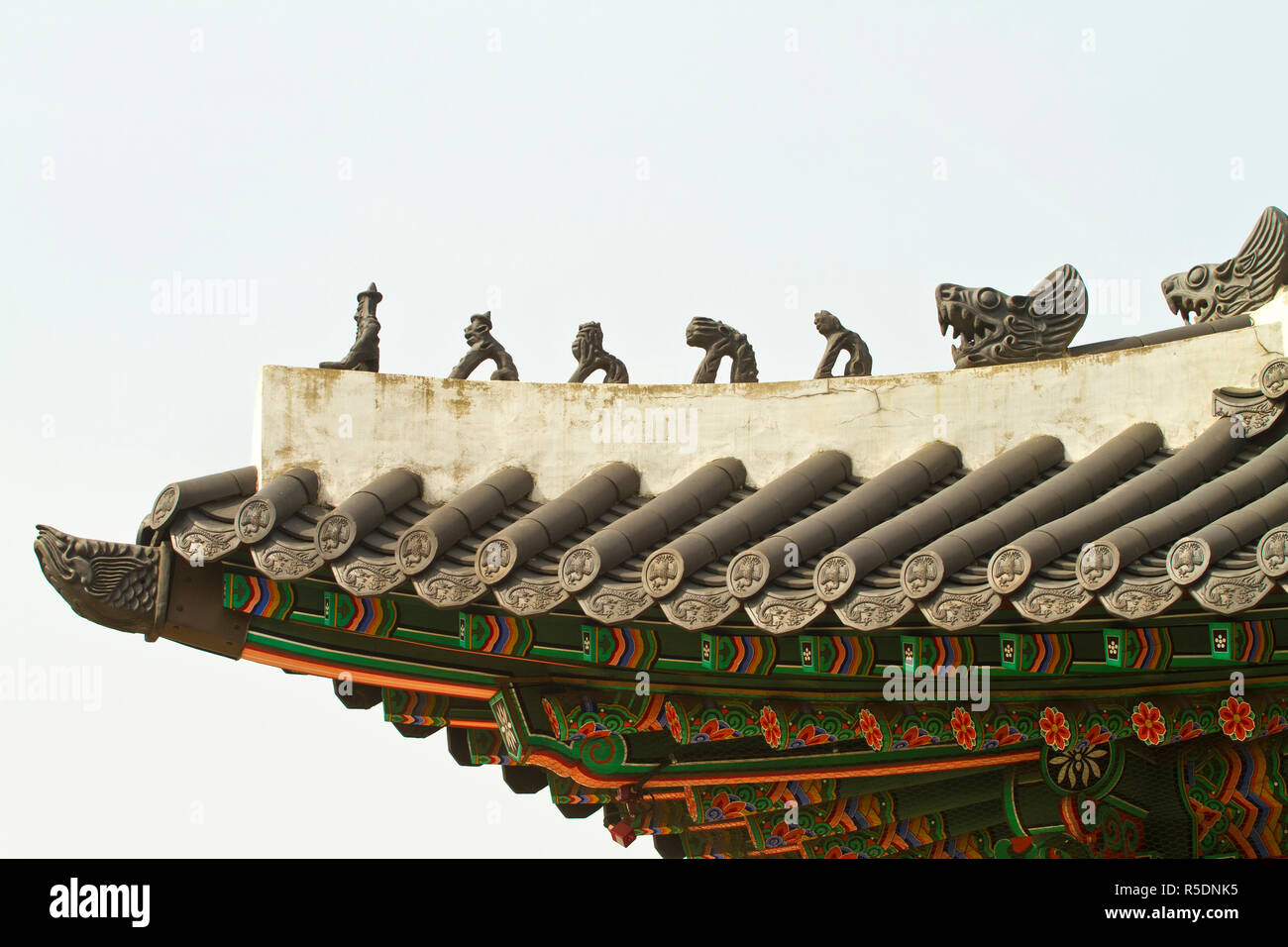 Korea, Seoul, Gyeongbokgung Palace, mythical creatures on Roof - Stock Image