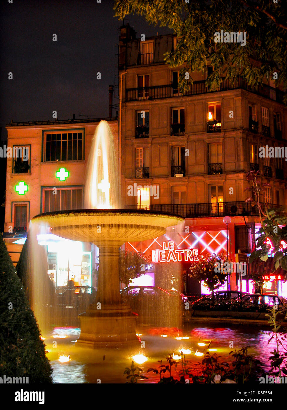 Place Pigalle, 9th arrondissement, Paris, France: fountain and revue theatre, illuminated at night - Stock Image