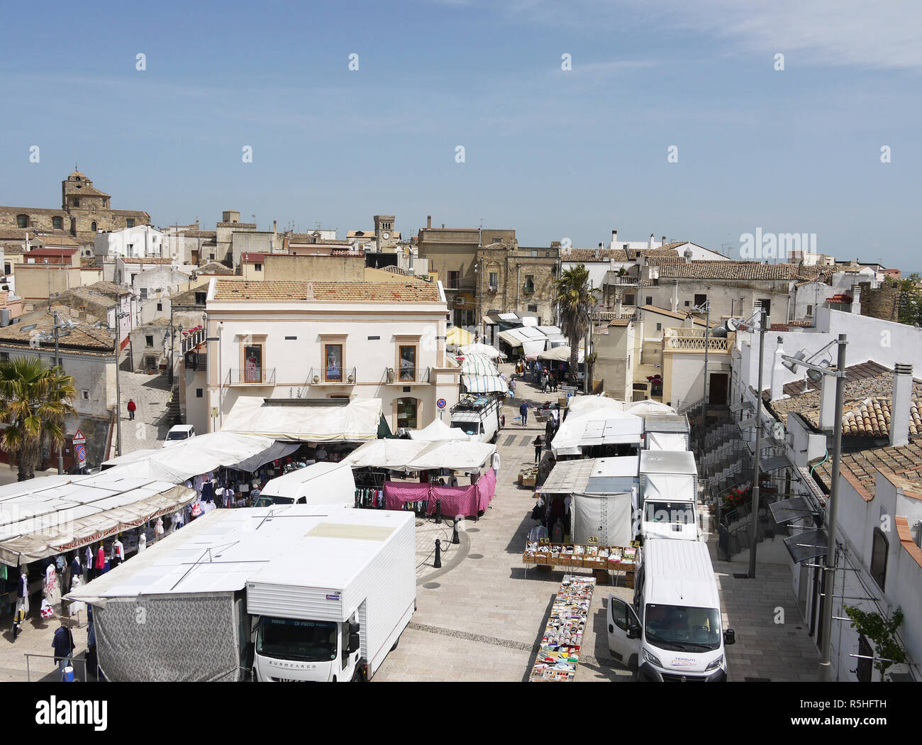 The hilltop town of Miglionico in Basilicata, Southern Italy on market day Stock Photo