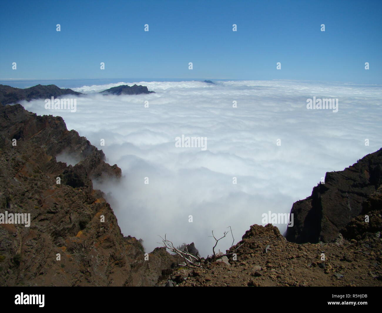 at the highest point of la palma you look down on the clouds that collect in the volcanic boiler - Stock Image