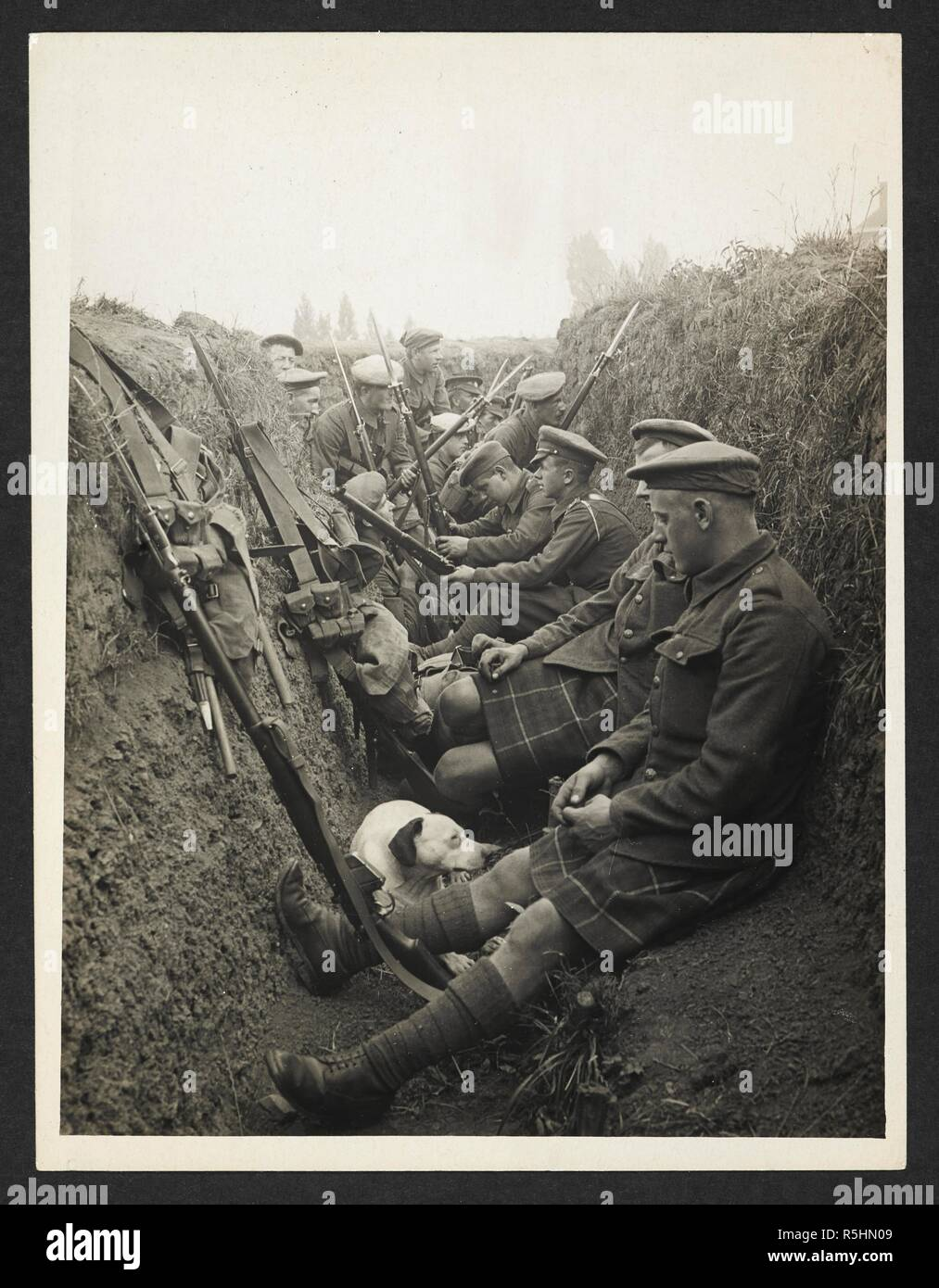 Highland Territorials in a trench [La Gorgue, France]. 5 August 1915. Record of the Indian Army in Europe during the First World War. 20th century, 5 August 1915. Gelatin silver prints. Source: Photo 24/(248). Author: Girdwood, H. D. - Stock Image