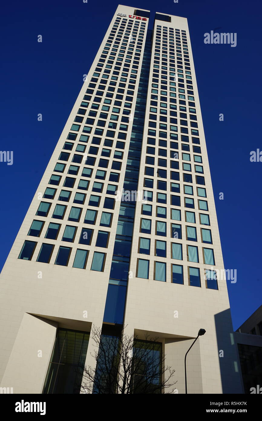 Opernturm, Hauptquartier der UBS Europe SE, Wolkenkratzer, Frankfurt am Main, gesehen von der Bockenheimer Landstraße, Germany - Stock Image