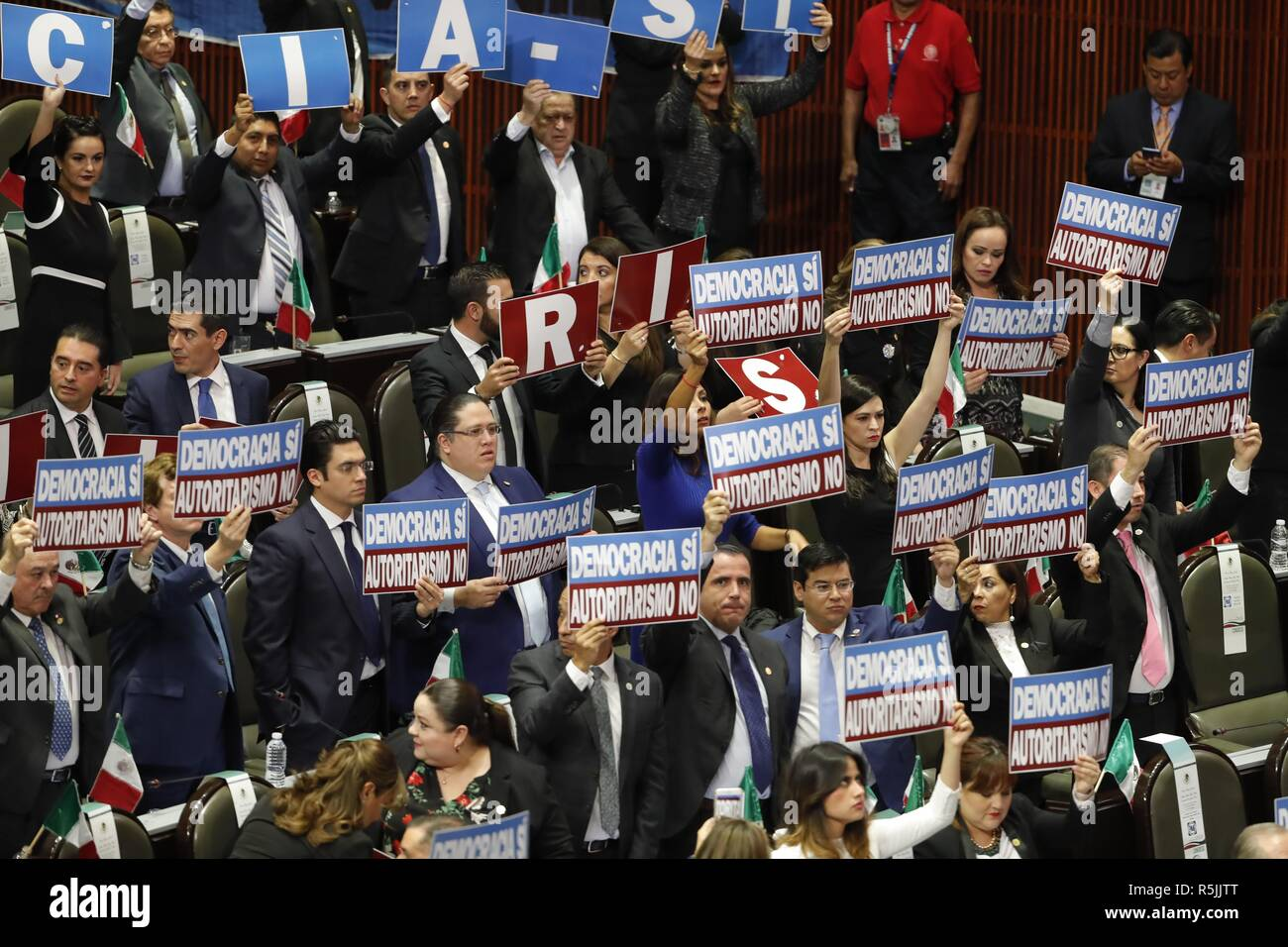 Mexico City, Mexico. 01st Dec, 2018. Mexican lawmakers show signs that read 'Democracy yes. Authoritarianism no' during the investiture ceremony of Mexico's new President Andres Manuel Lopez Obrador, at the Mexican Congress, in Mexico City, Mexico, 01 December 2018. Credit: Jose Mendez/EFE/Alamy Live News - Stock Image