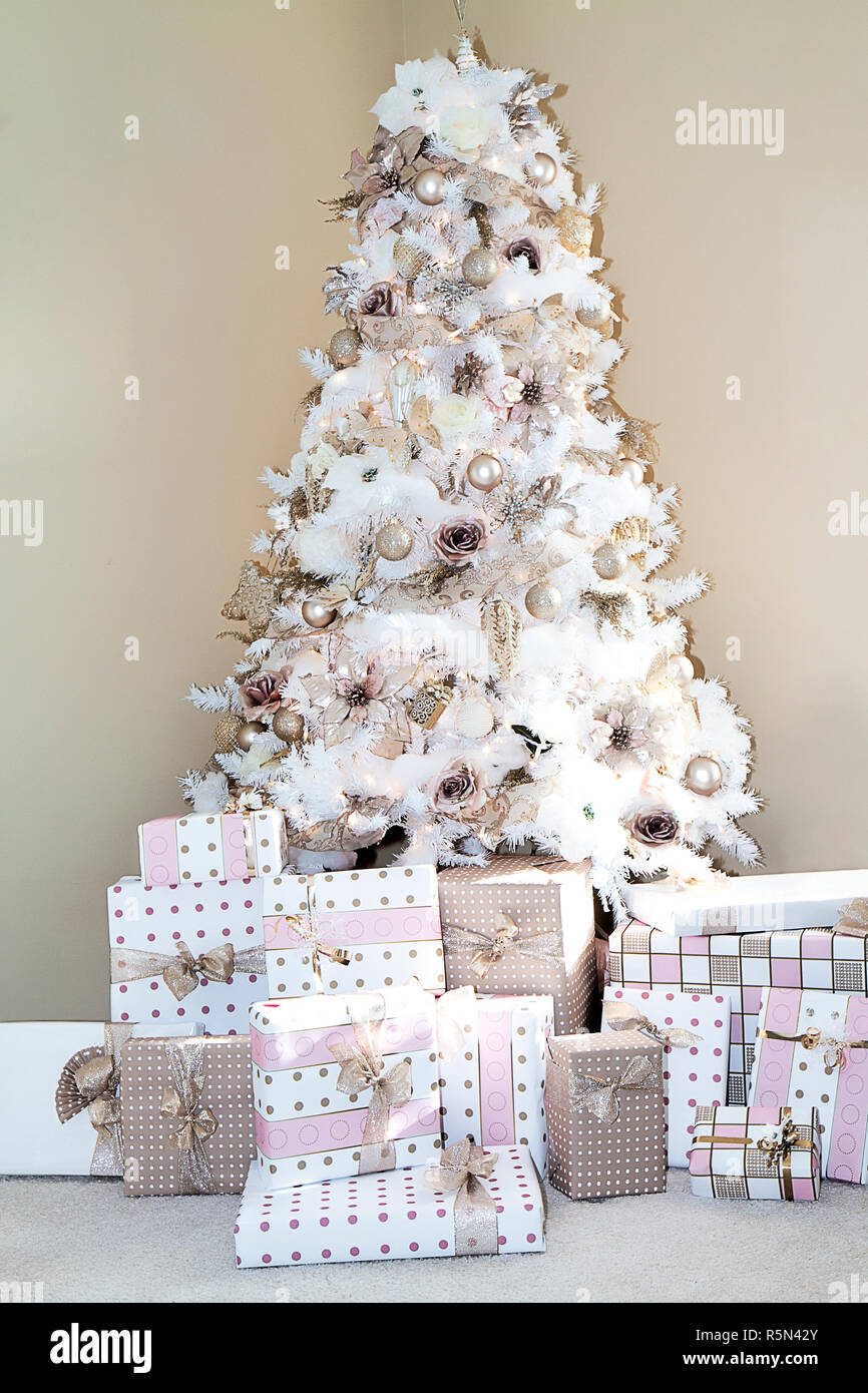 the latest 8d8d7 0726d White dreamy Christmas tree in living room of home decorated ...