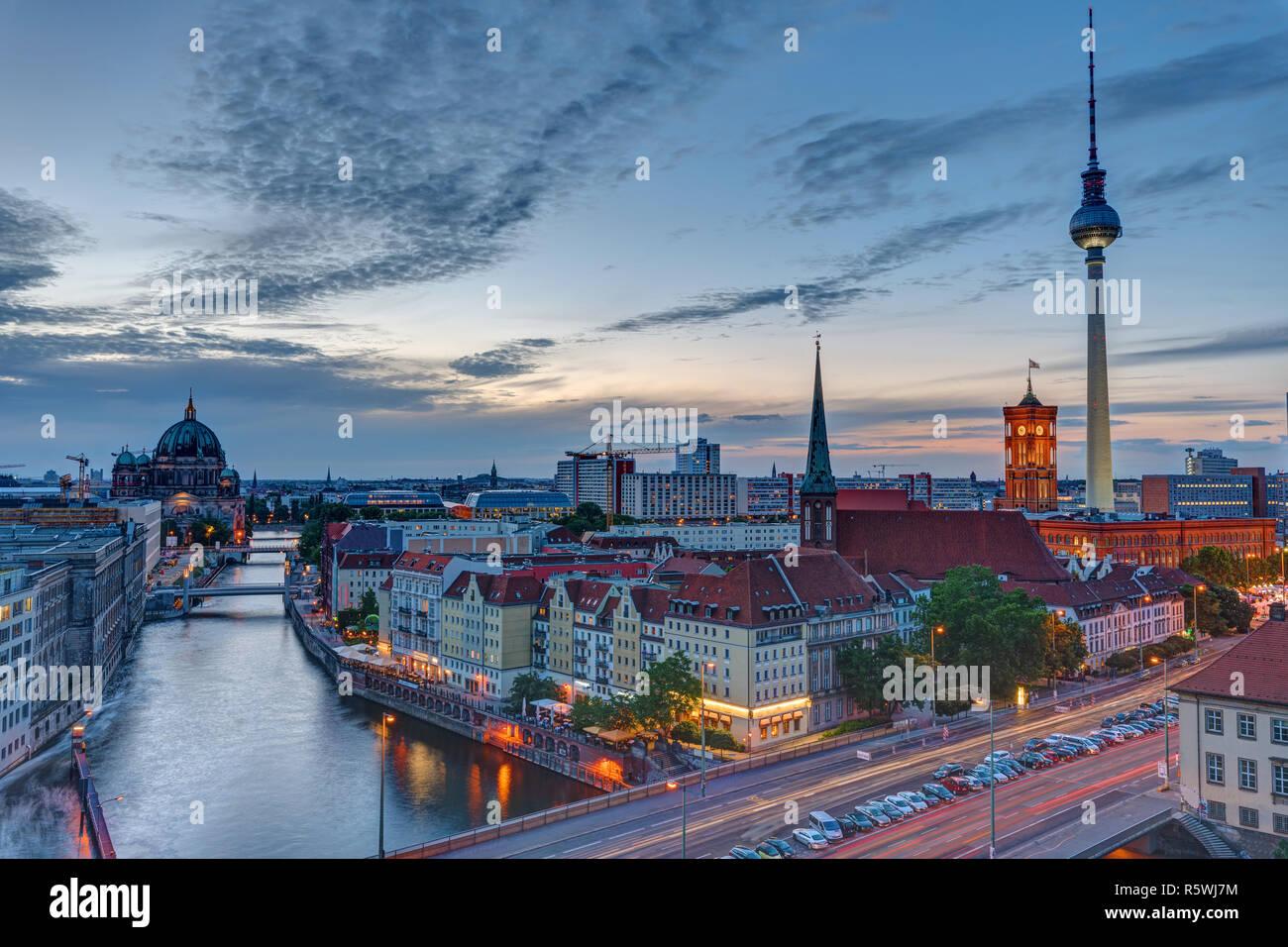 Die Berliner Innenstadt mit dem berühmten Fernsehturm in der Abenddämmerung Stock Photo