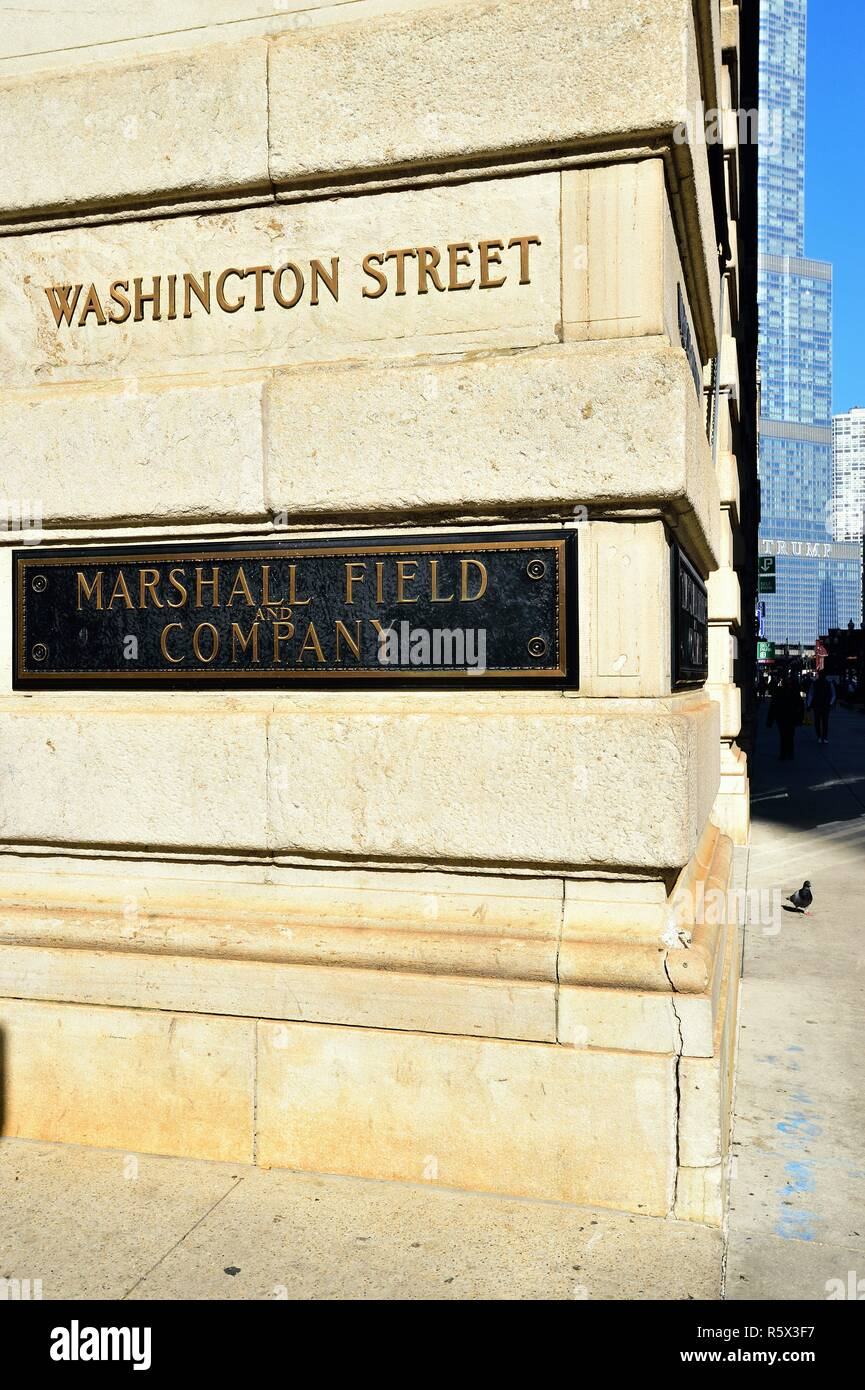Chicago, Illinois, USA. Landmark commemorative plaques on one of the four corners of the Marshall Field and Company Building in Chicago's Loop. - Stock Image