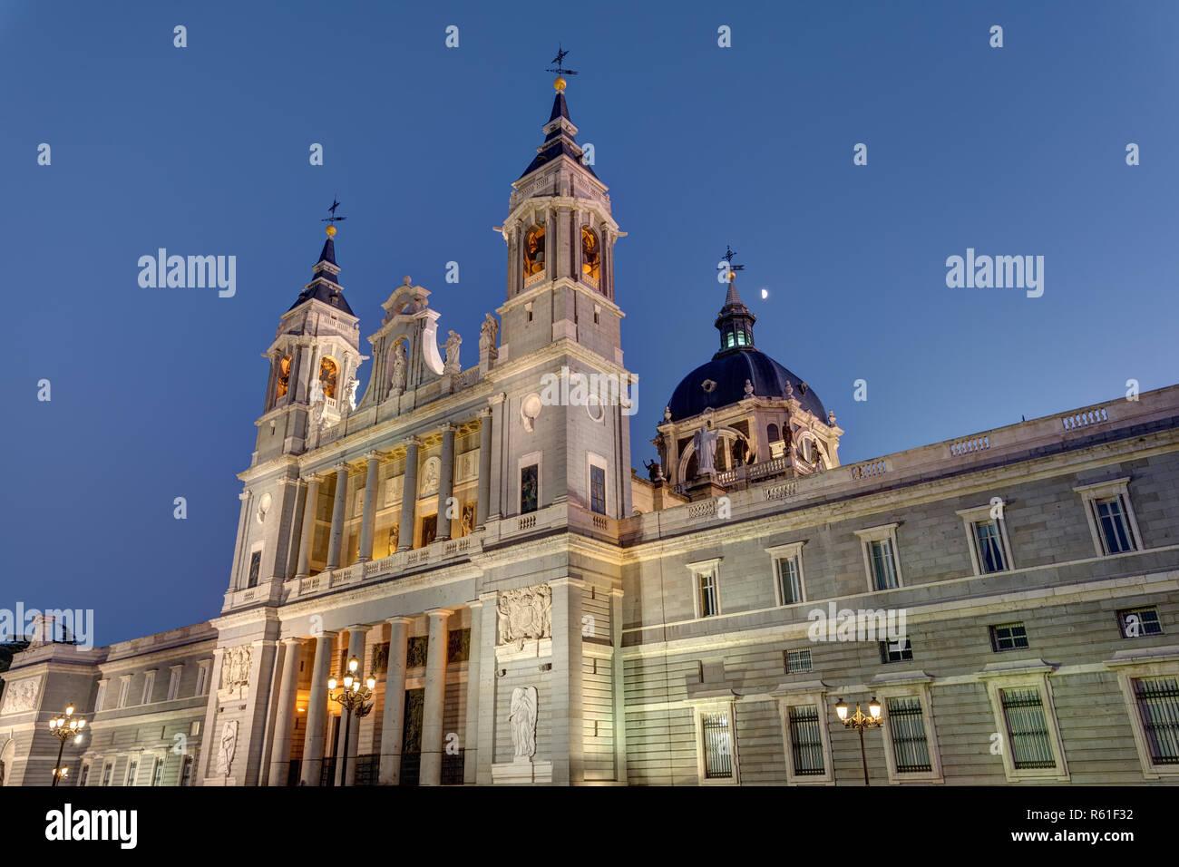 Die Almudena Kathedrale von Madrid in der Dämmerung Stock Photo