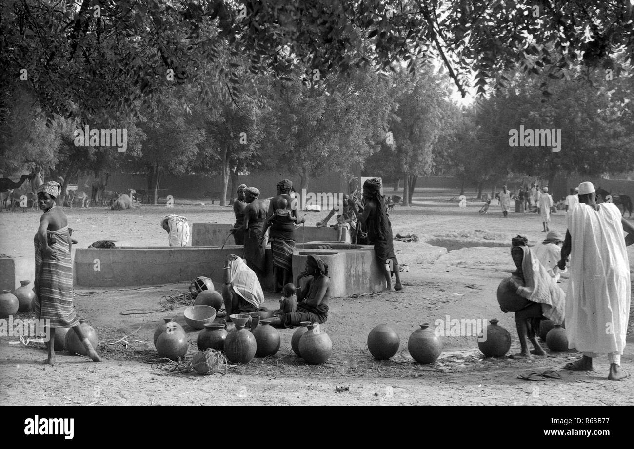 Nigeria queueing for water April 1950s - Stock Image