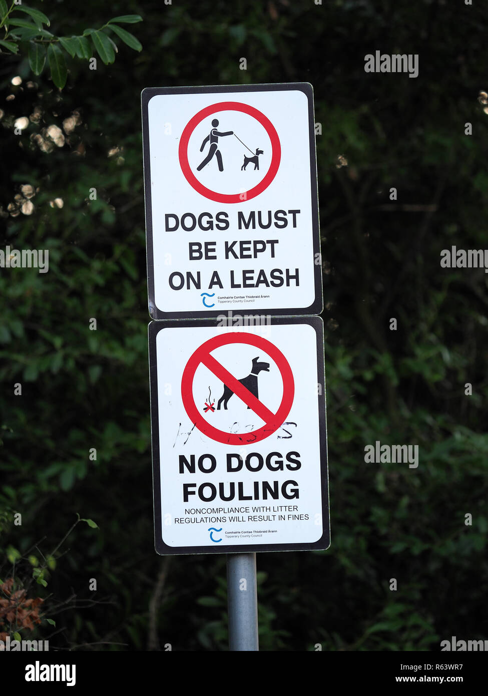 sign advising dog owners that dogs must be kept on a leash and no dog fouling