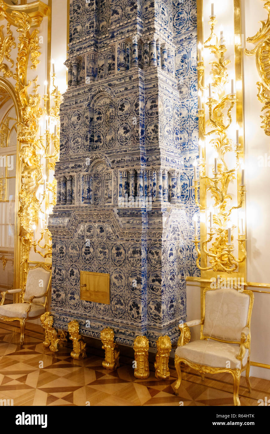 The multi-tiered, cobalt blue, tiled room heaters designed by Bartolomeo Rastrelli in Catherine's Palace, Tsarskoye Selo, St Petersburg, Russia. - Stock Image