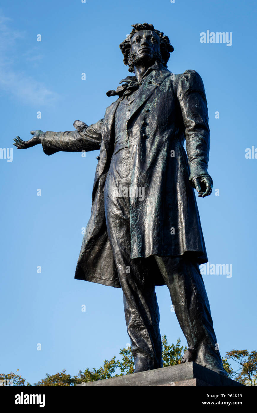 The poet Alexander Pushkin statue on the Square of Arts in front of the MikhayLovsky Palace, in St Persburg, Russia. - Stock Image