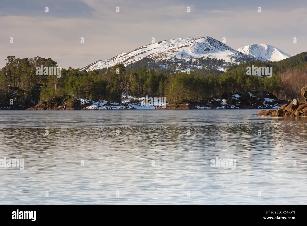 Loch Beinn a'Mheadhain / Loch Benevian in winter, Glen Affric, Inverness-shire, Scottish Highlands, Highland, Scotland, UK - Stock Image