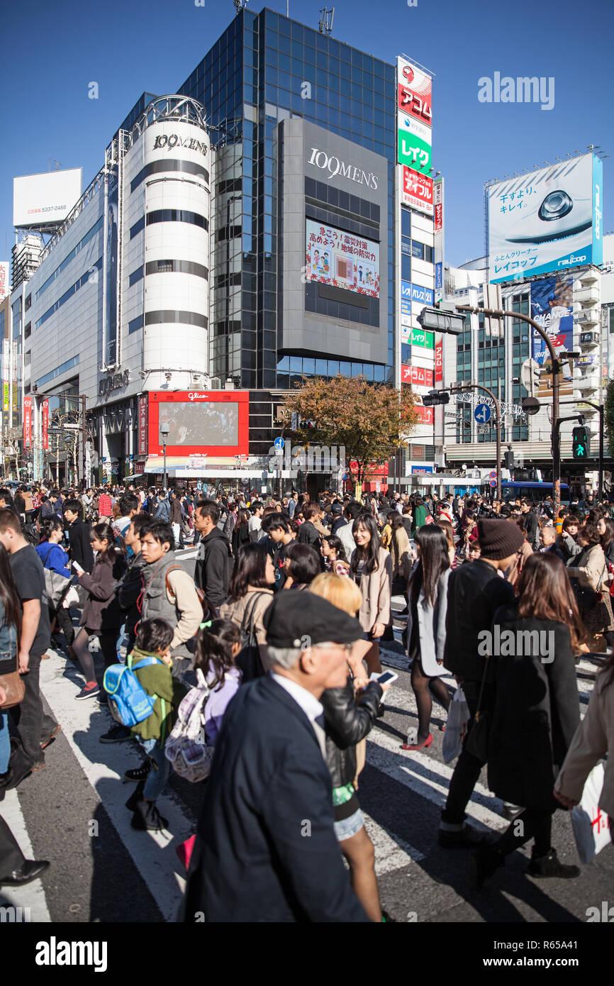 Die weltberühmte Alle-Gehen-Kreuzung von Shibuya im Zentrum von Tokio, die in Spitzenzeiten von bis 15.000 Menschen pro Ampelschaltung überquert wird - Stock Image