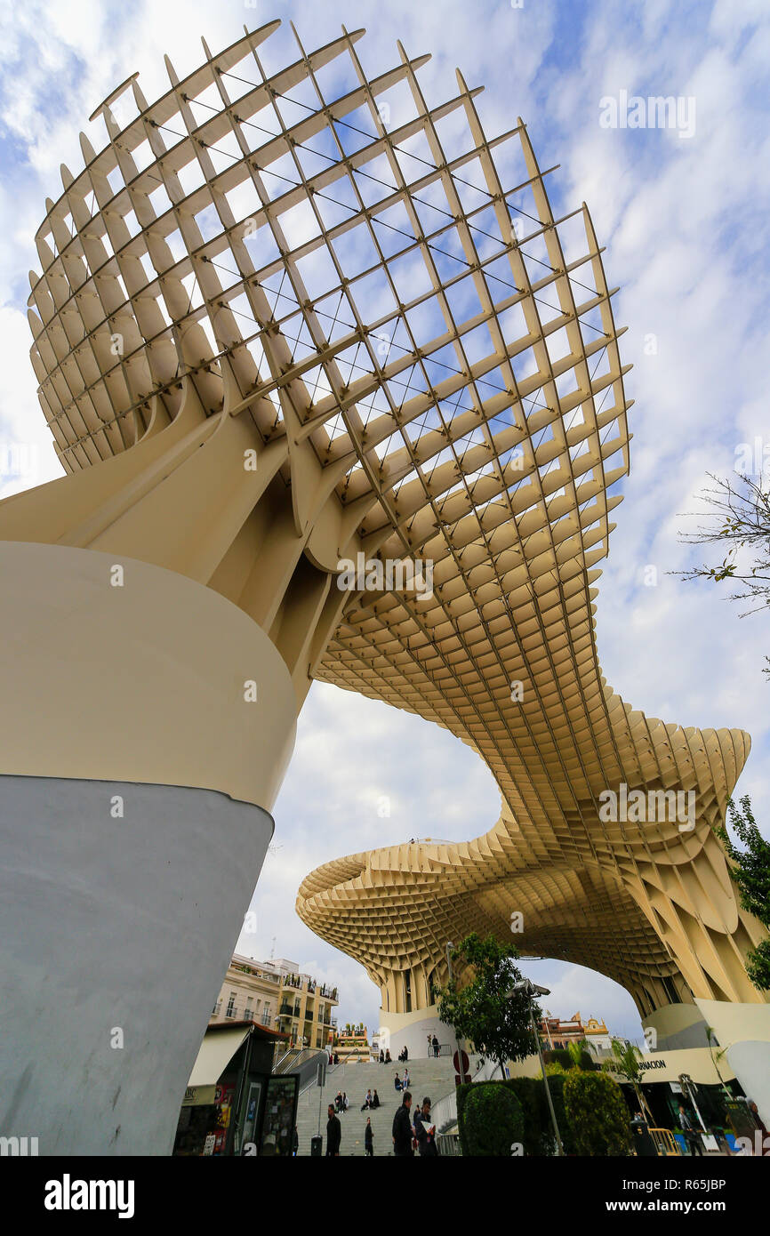 Parasol Metropole - weird, wonderful, giant wooden sunshade and elevated walkway in the centre of Seville. - Stock Image