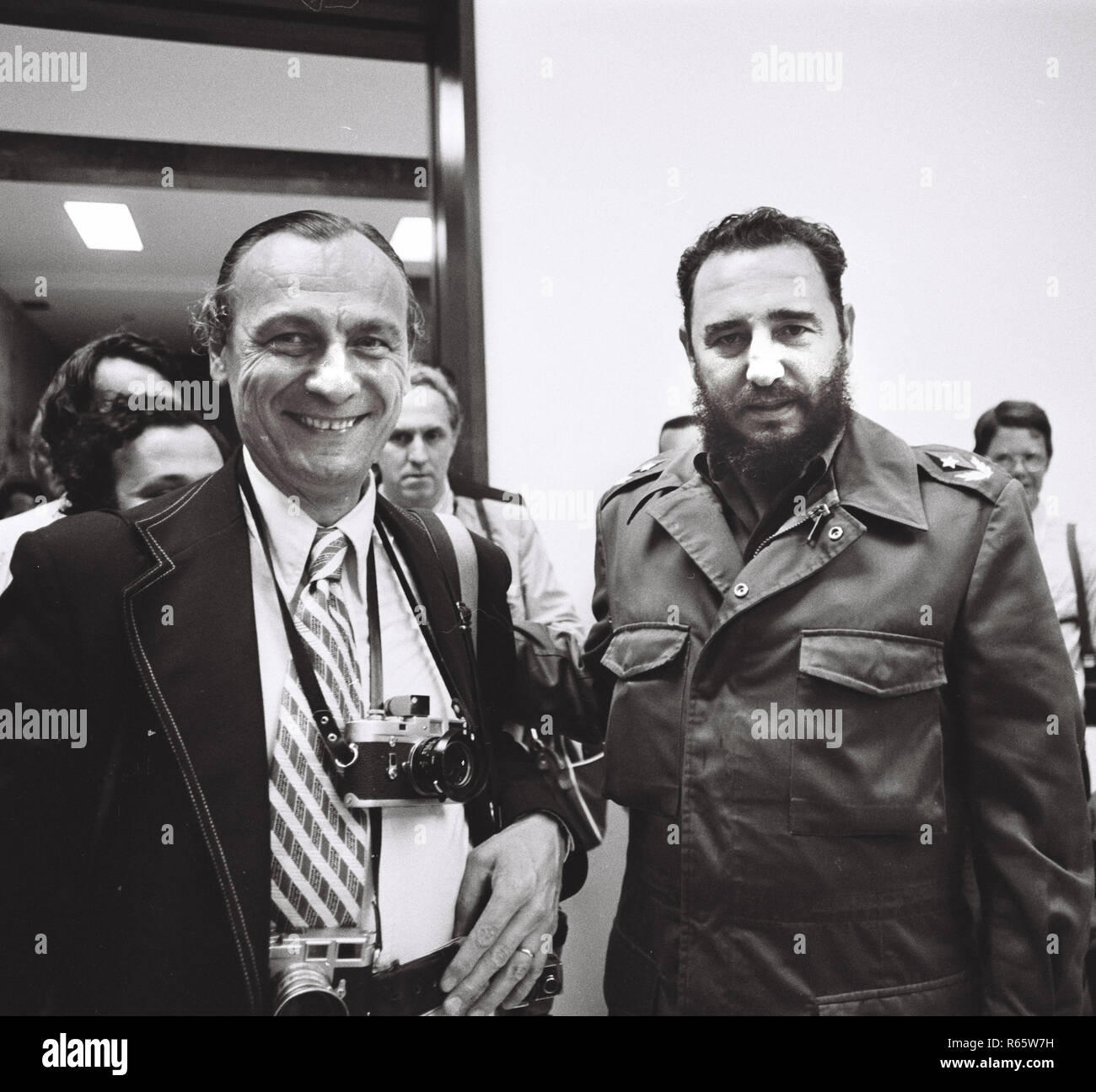 Fidel Castro  and Associated Press Photographer Charles Tasnadi in Cuba on June 19, 1975 - Stock Image