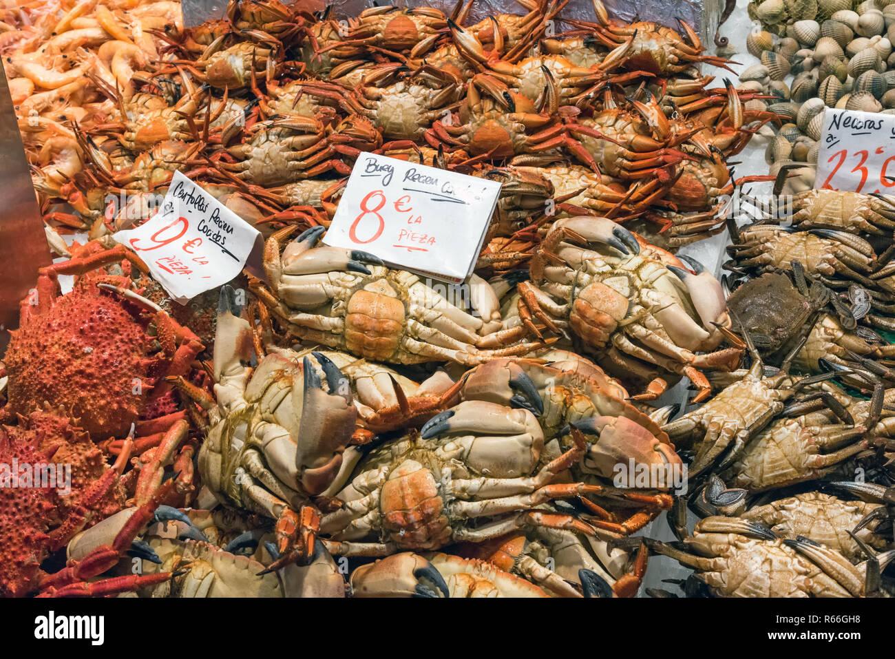 Krebse und andere Krustentiere auf einem Markt in Madrid, Spanien - Stock Image