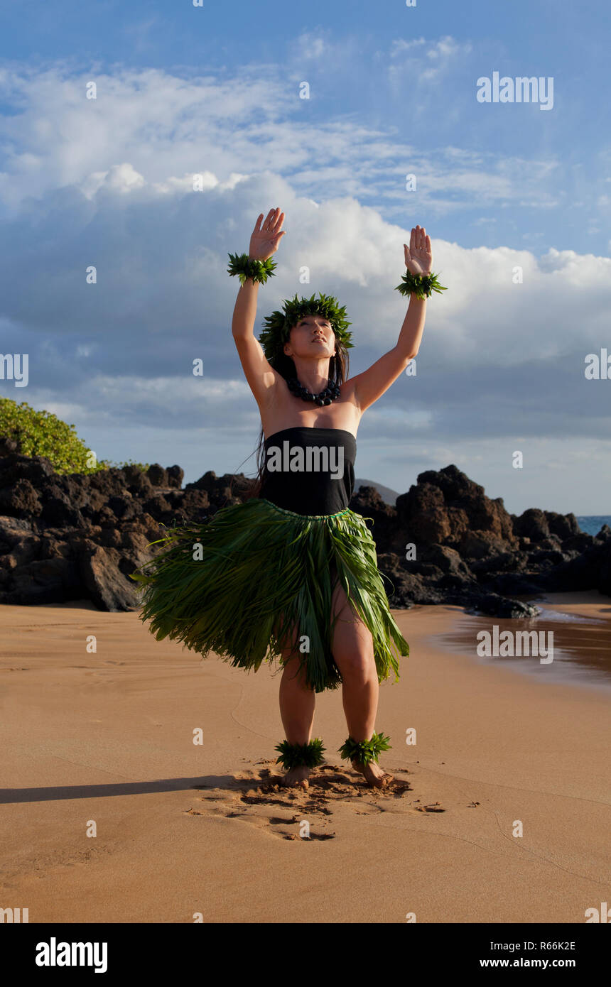 Hula dancer on the beach on Maui, Hawaii. - Stock Image