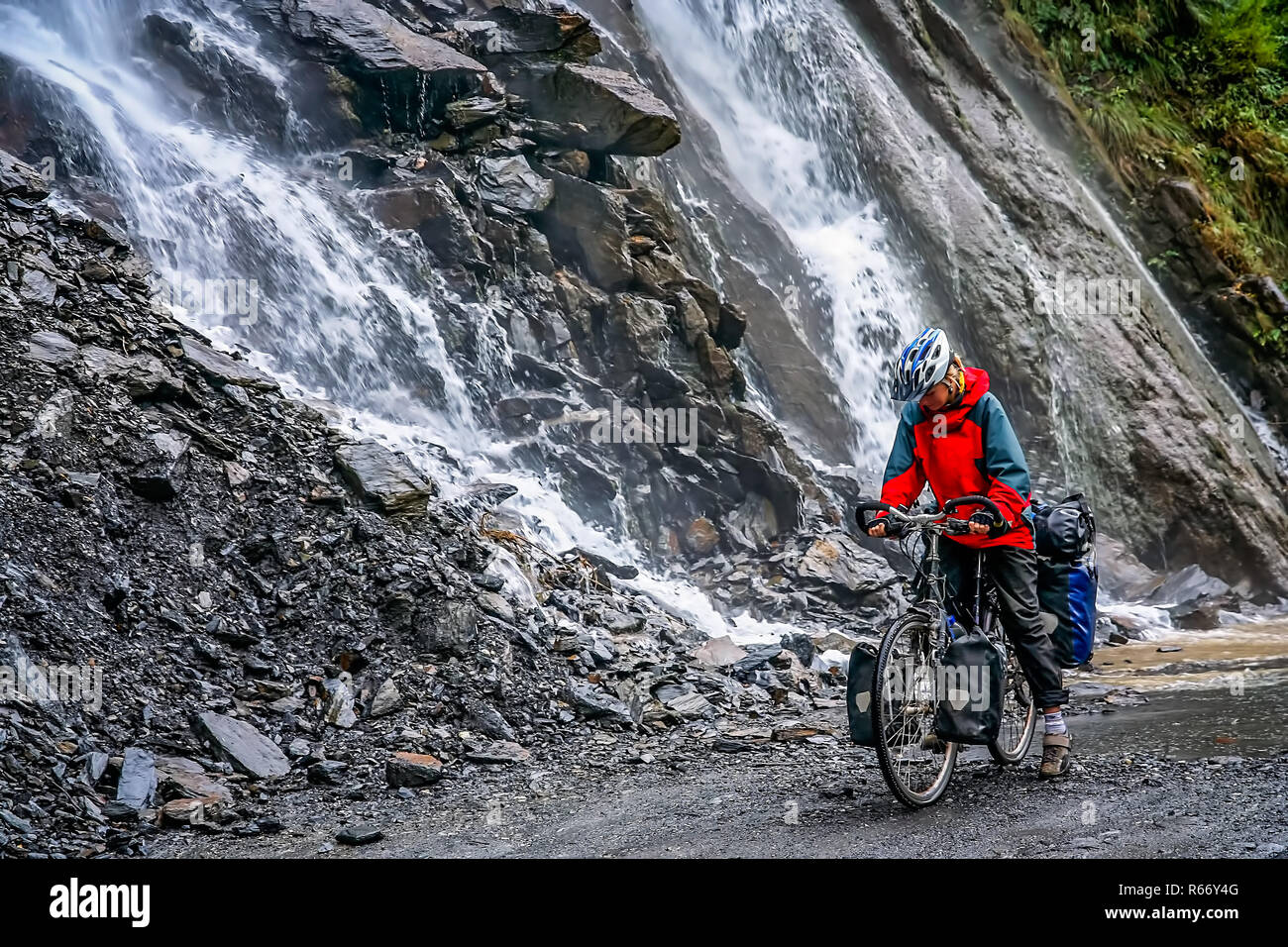 Cyclist in Tiger Leaping Gorge in Yunnan - Stock Image