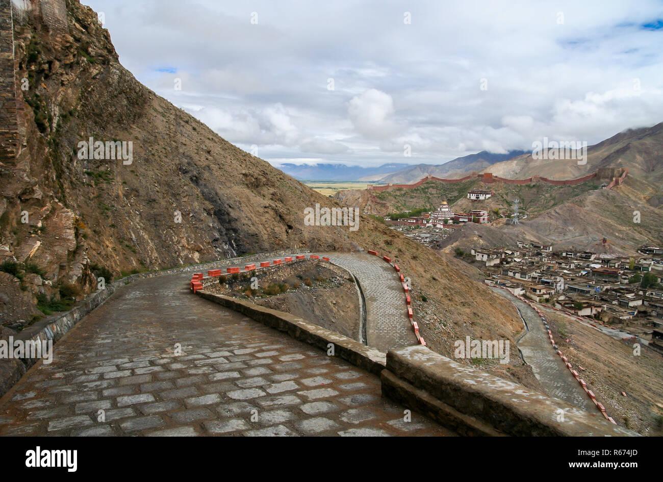 Winding road to the monastery in Gyantse - Stock Image