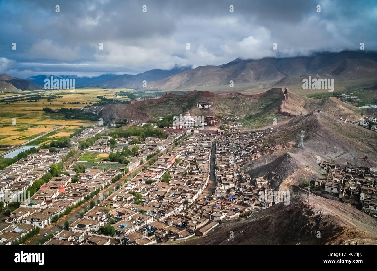 Aerial view of the walled Gyantse town in Tibet - Stock Image
