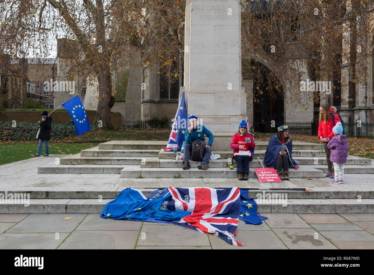 London UK, 4th December 2018: As Prime Minister Theresa May prepares to sell her Brexit deal ahead of five days of debate and eventual vote in parliament, both pro-EU Remainers and Brexiteers argue outside the House of Commons. This week will be a vital step for May's Premiership and the UK's Brexit status.  Photo by Richard Baker / Alamy Live News. - Stock Image