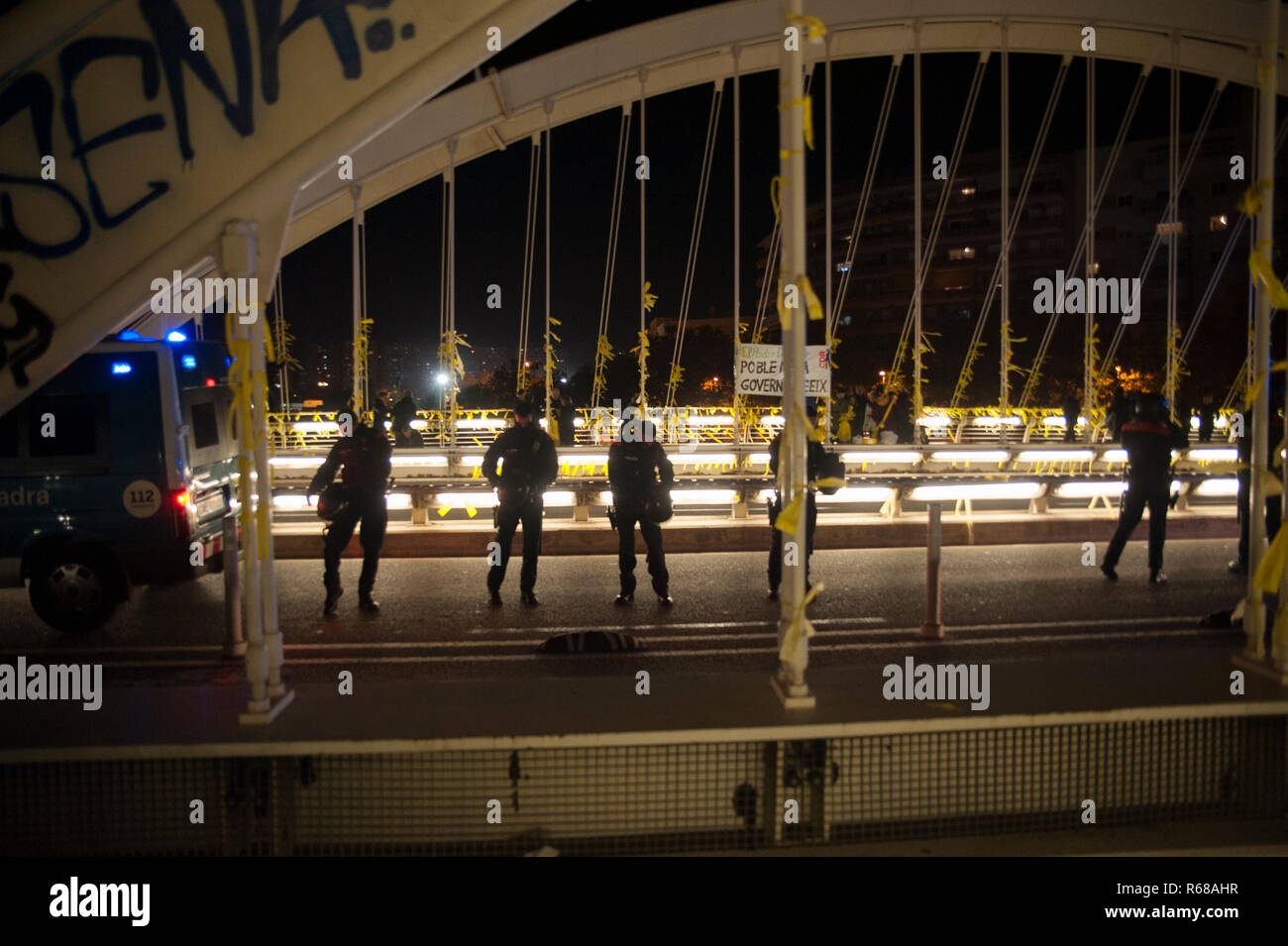 Barcelona, Spain. 4th December, 2018. A hundred people have come to a massive link of yellow ties to claim the freedom of political prisoners. The act has displaced the riot police due to the upsurge of violence by violent groups linked to the extreme right. Charlie Perez/Alamy Live News Stock Photo