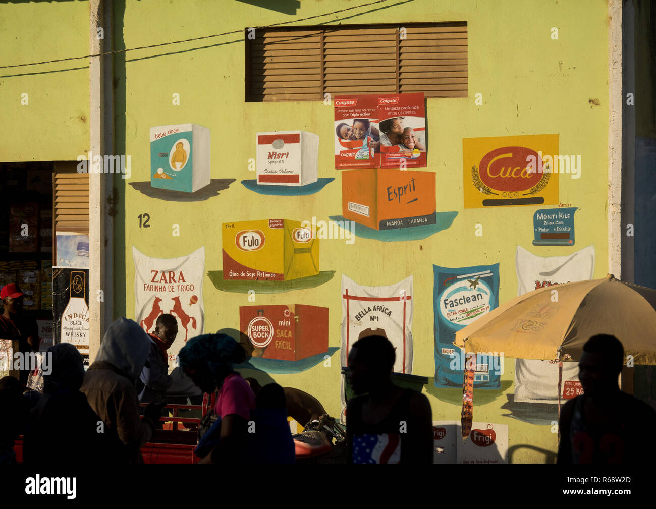 People in front of a grocery store on the Tuesday market, Huila Province, Hoque, Angola - Stock Image