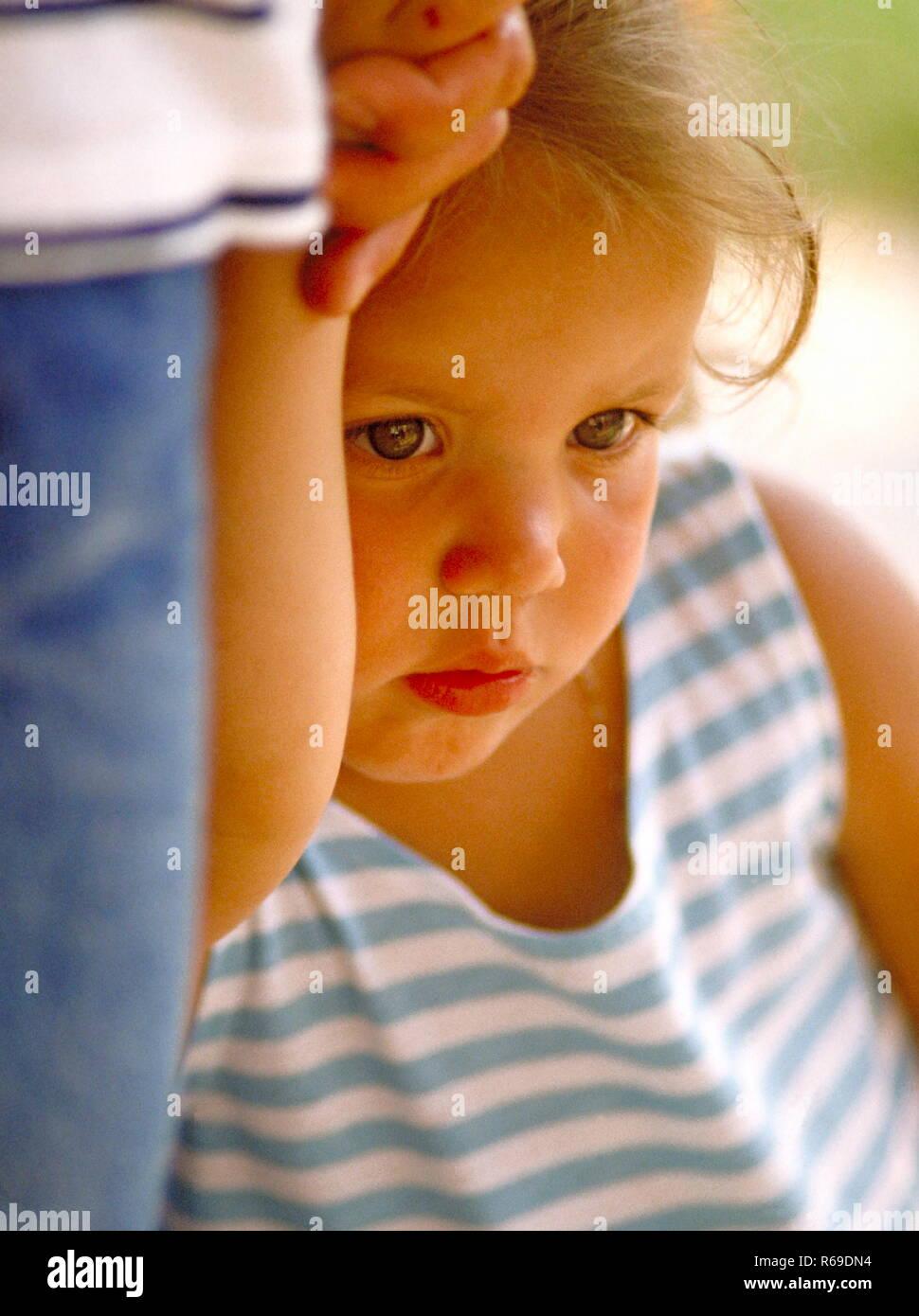Nahaufnahme, kleines aengstliches Maeddchen an der Hand ihres Vaters Stock Photo