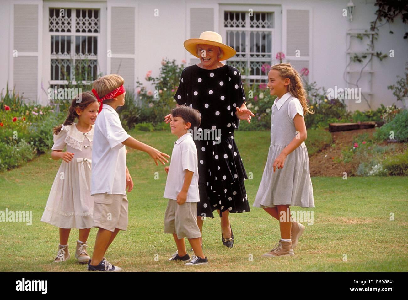 Outdoor, Frau Mitte 60 bekleidet mit schwarzen Kleid mit