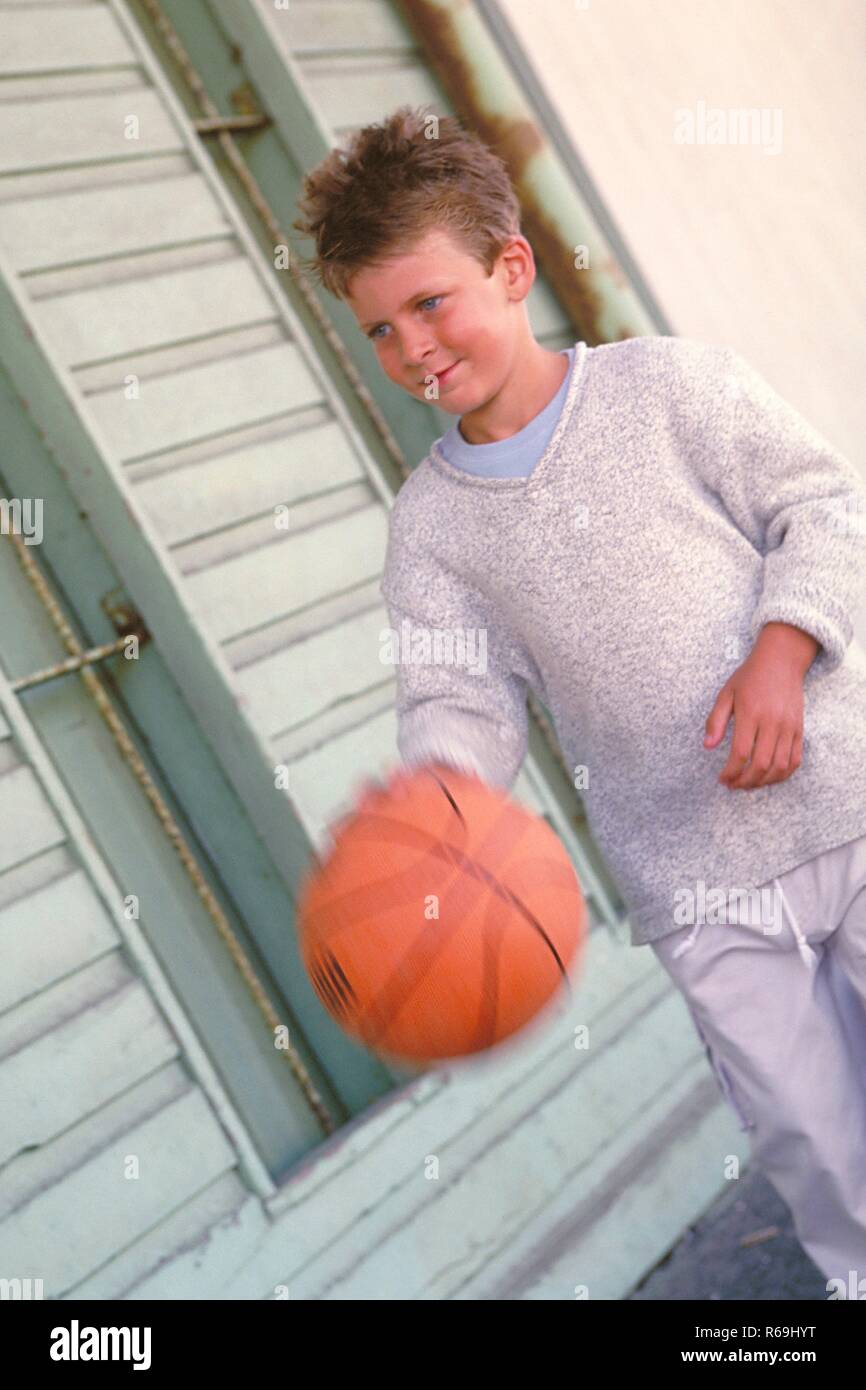 Bekleidet Grauem Junge Mit PortraitGanzfigur8 Jaehriger yY6fIbv7g