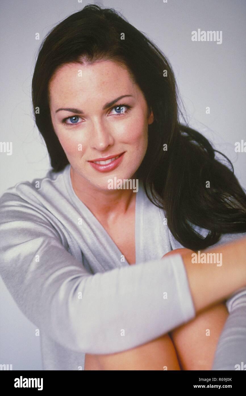 Portrait Innenraum Halbfigur Junge Frau Mit Langen Braunen Haaren