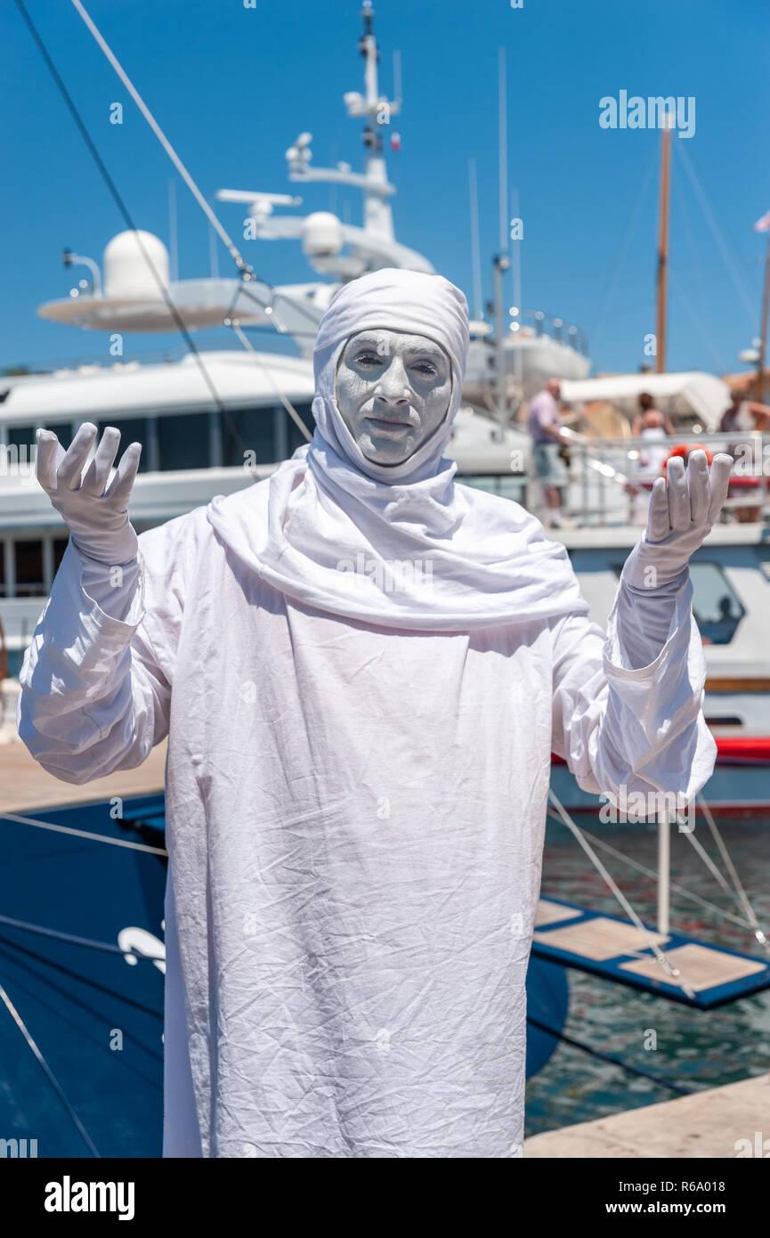 Mime artist on the promenade, Saint-Tropez, Var, Provence-Alpes-Cote d`Azur, France, Europe - Stock Image