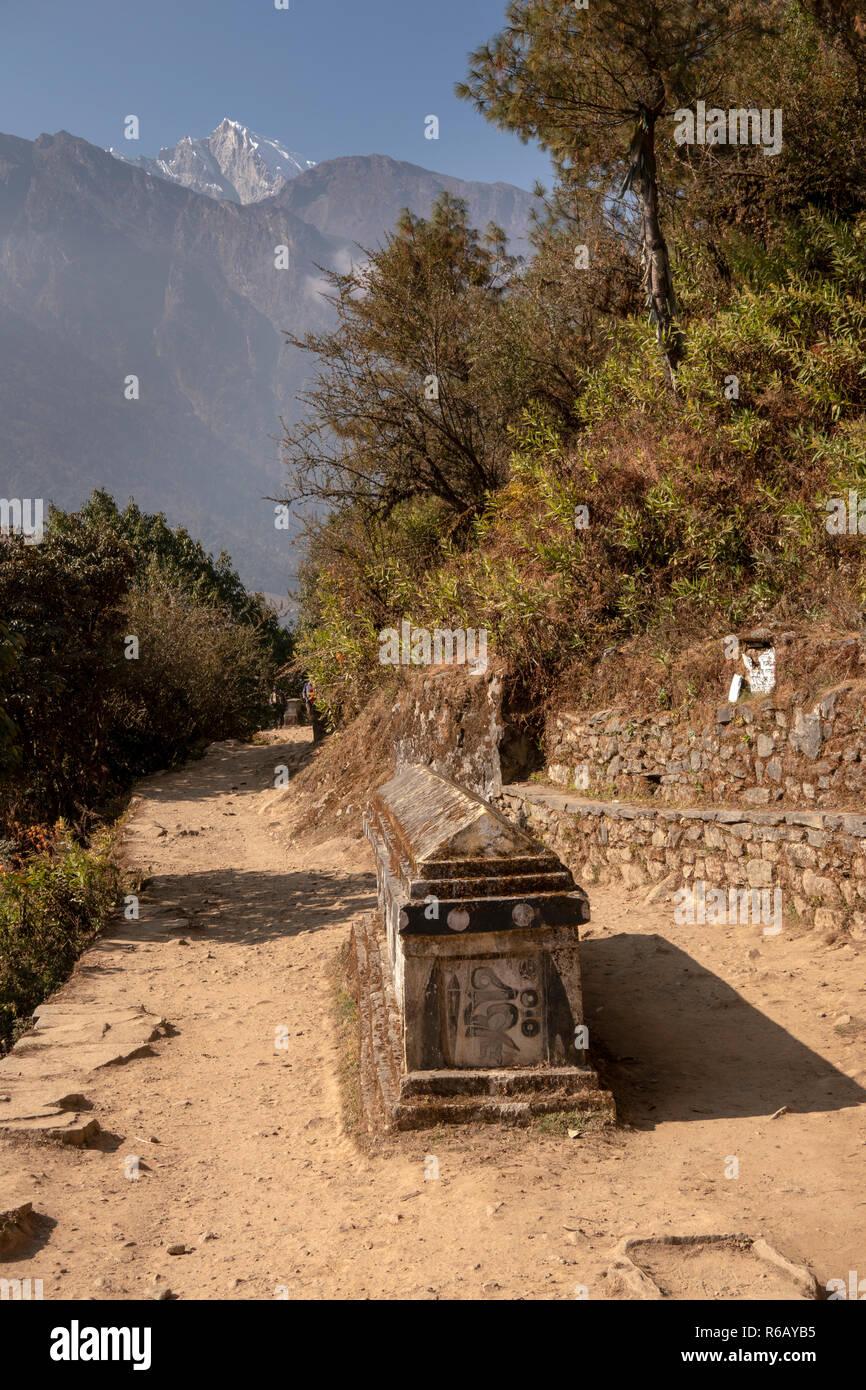 Nepal, Lukla, Lomdza, Buddhist mani wall in middle of path to Phakding on Everest Base Camp Trek - Stock Image