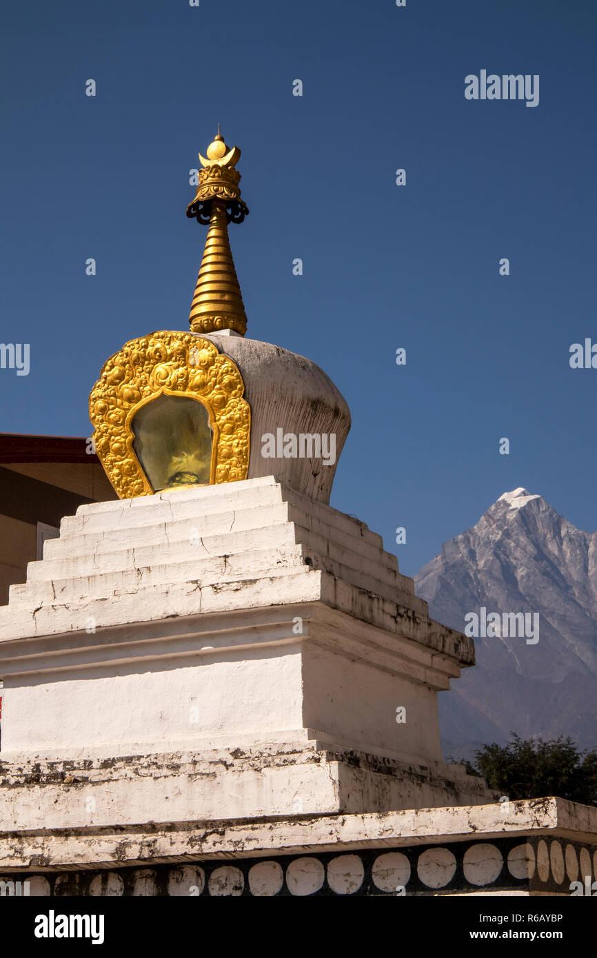 Nepal, Lukla, Chheplung, Buddhist chorten with gilded topi, peak of Solu Khumbu in distance - Stock Image