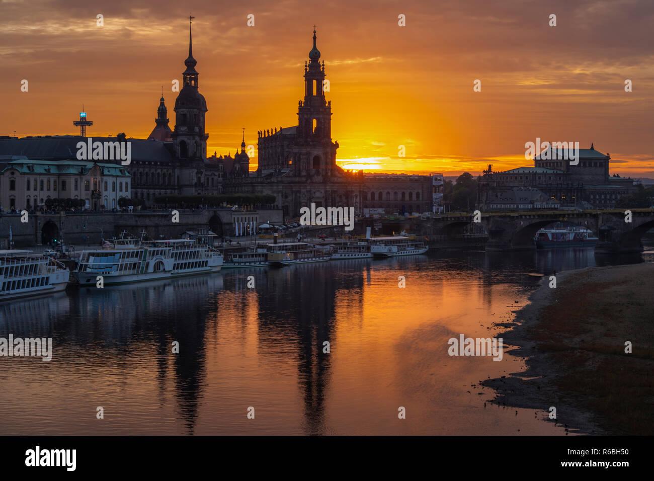 Dresden im Sonnenuntergang, Blick über die Elbe zur historischen Altstadt mit Oper und Schloss sowie Schlosskirche - Stock Image