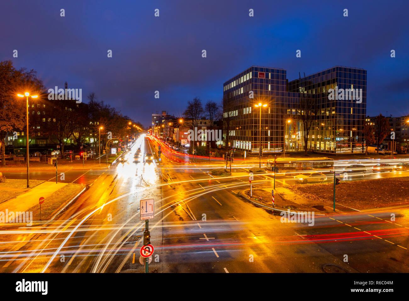 Bundesstrasse B224, Alfredstrasse, in Essen Rüttenscheid, Abendlicher Berufsverkehr, dieser Bereich wäre auch von einem Dieselfahrverbot betroffen, - Stock Image