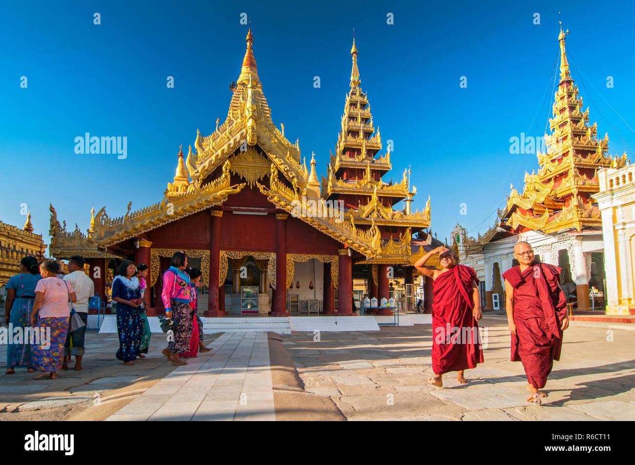 Novice Buddhist Monks Walking Around The Sacred Shwezigon Paya Complex, One Of Myanmar'S Most Revered Pagodas, In Nyaung U, Bagan, Myanmar (Burma) - Stock Image