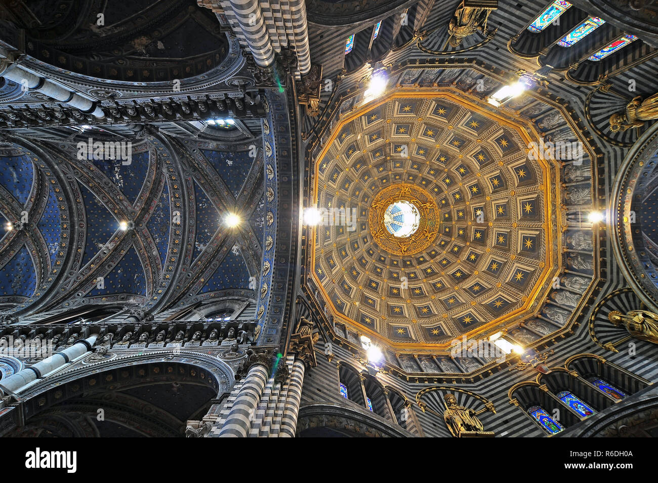 Looking Up To The Inside Of The Dome In The Cattedrale Dell'Assunta (The Cathedral Of Saint Mary Of The Assumption In The Piazza Del Duomo Inb Siena,  - Stock Image