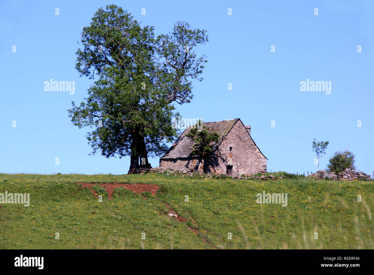 France.Dept 12. Aveyron. Countryside, with traditional barn, near town of Rodez. Stock Photo