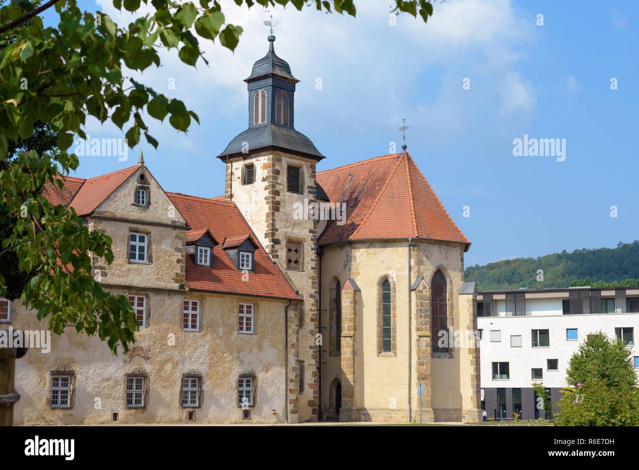 Kloster Haydau Kapelle von vorne blauer Himmel hinter Bäumen - Stock Image
