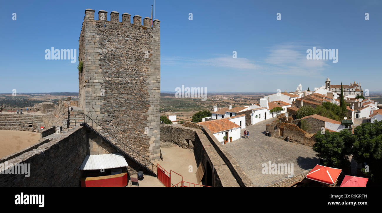 View of the Torre das Feiticeiras Witches Tower and fortified village with the Alentejo plain behind, Monsaraz, Evora District, Alentejo, Portugal - Stock Image