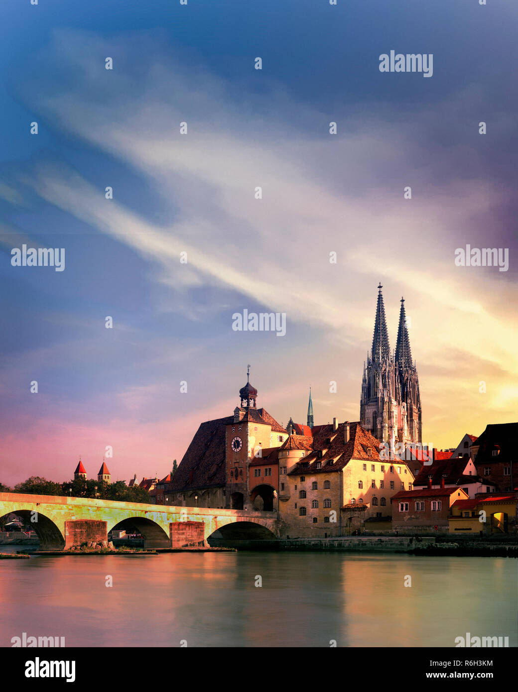 DE - BAVARIA: St. Peter's Cathedral and Steinerne Bruecke over River Danube at Regensburg - Stock Image