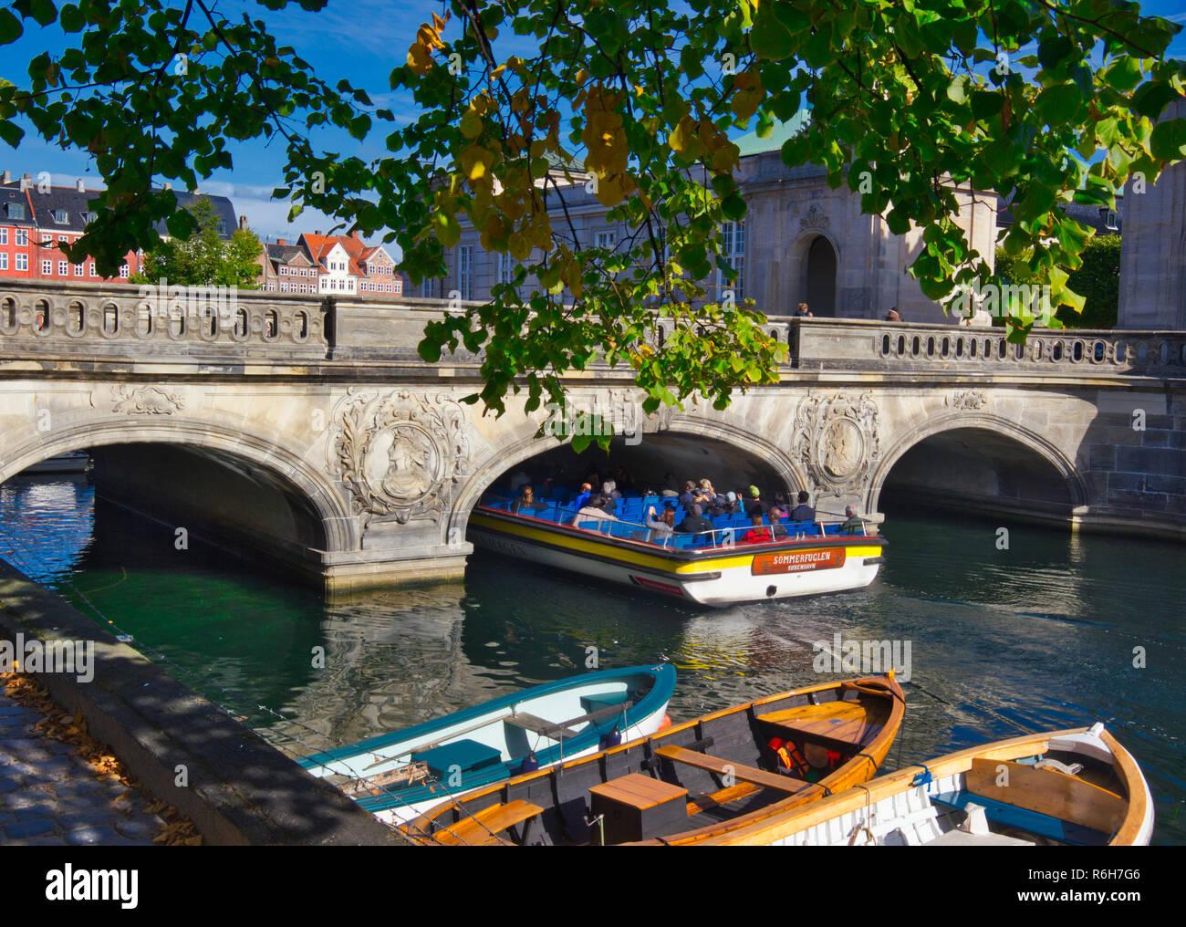 Tourist sightseeing boat passing under the Marble Bridge (Marmorbroen), Copenhagen, Denmark, Scandinavia - Stock Image
