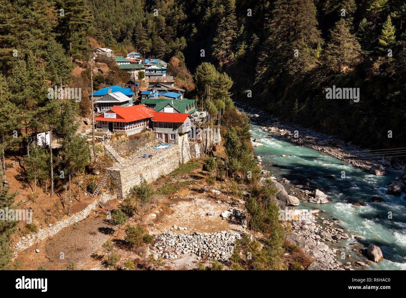 Nepal, Jorsale (Thumbug), Dudh Khosi river flowing past village - Stock Image