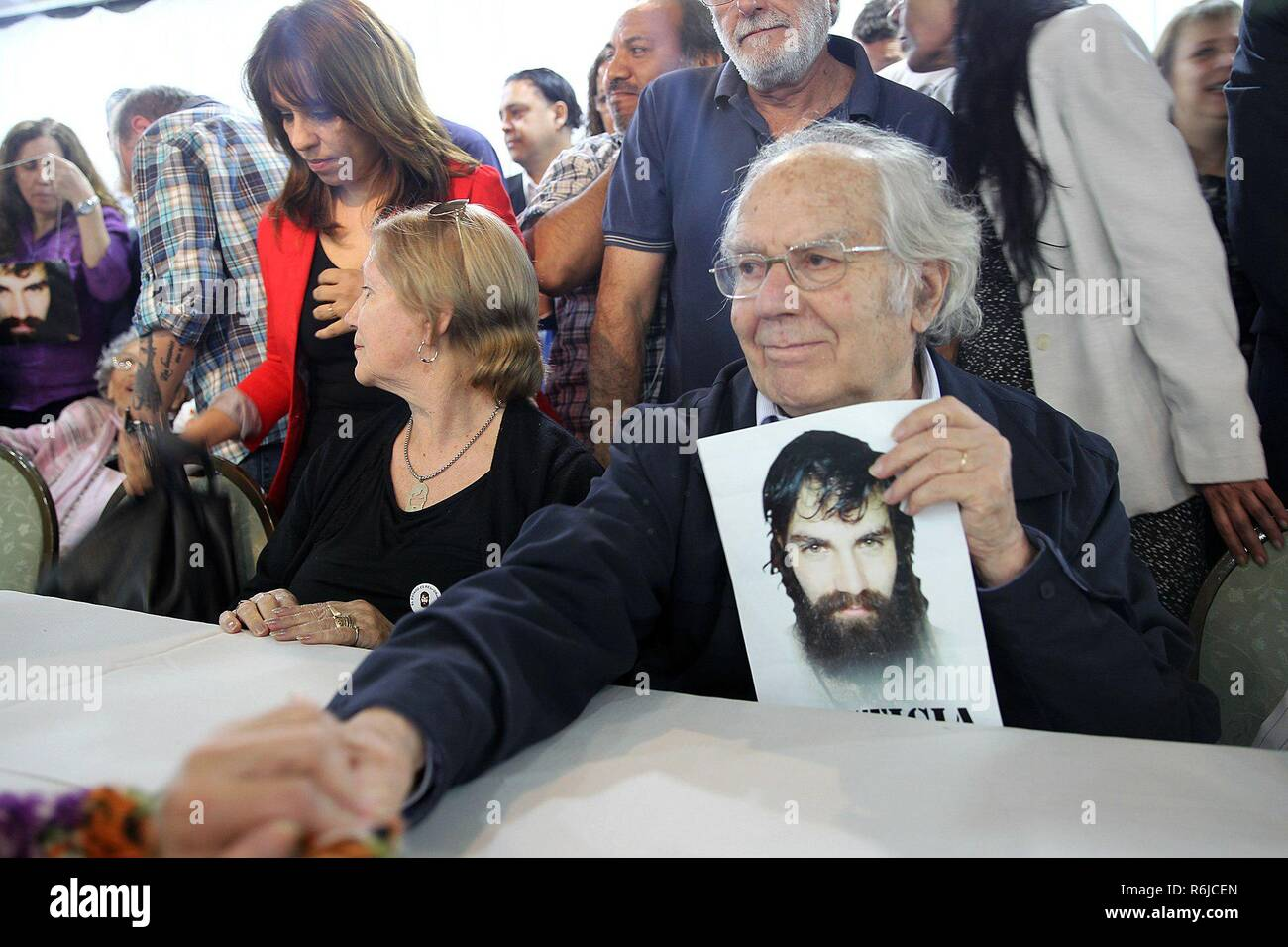 Buenos Aires, Argentina. 05th Dec, 2018. Argentinian Peace Nobel laureate Adolfo Perez Esquivel takes part in a press conference of the family of Santiago Maldonado, in Buenos Aires, Argentina, 05 December 2018. Maldonado's family, whose corpse was found at a river in October 2017 after 78 days missing, denounced that the decision to close the case was political and that the aim was to stop the investigation before the G20. Credit: Aitor Pereira/EFE/Alamy Live News - Stock Image