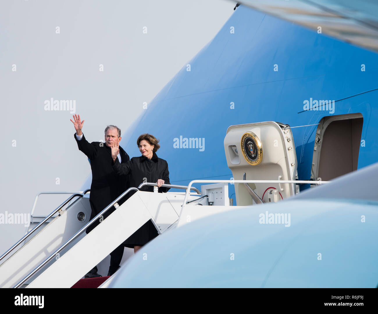 Washington DC, USA. 5th Dec 2018. Former U.S. President George W. Bush and First Lady Laura Bush wave as they board Air Force One for the return journey to Houston with the casket of his father and former President George W. Bush following the State Funeral and Memorial in the Nations Capital December 5, 2018 in Andrews, Maryland. Bush, the 41st President, died in his Houston home at age 94. Credit: Planetpix/Alamy Live News Stock Photo